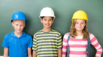 Kinder mit Bauarbeiterhelmen