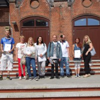 Teilnehmer des Hauptschulkurses direkt nach den mündlichen Prüfungen zusammen mit der Dozentin für Mathematik und der zuständigen Sozialpädagogin.