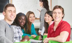 Multikulturelle Gruppe Teenager als Schüler in der Klasse