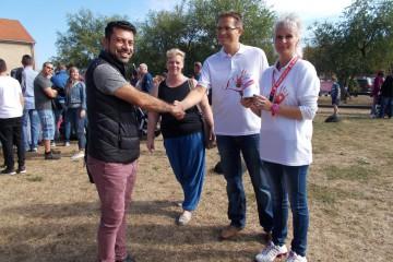 Imad Jafar und Anika Bierig überreichen 130 Euro an das DKMS