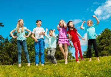Kinder spielen auf der Wiese
