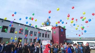 100 Luftballons tragen die Bildung ins Land