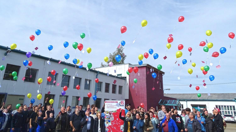 100 Luftballons Tragen Die Bildung Ins Land Vhs Bildungswerk