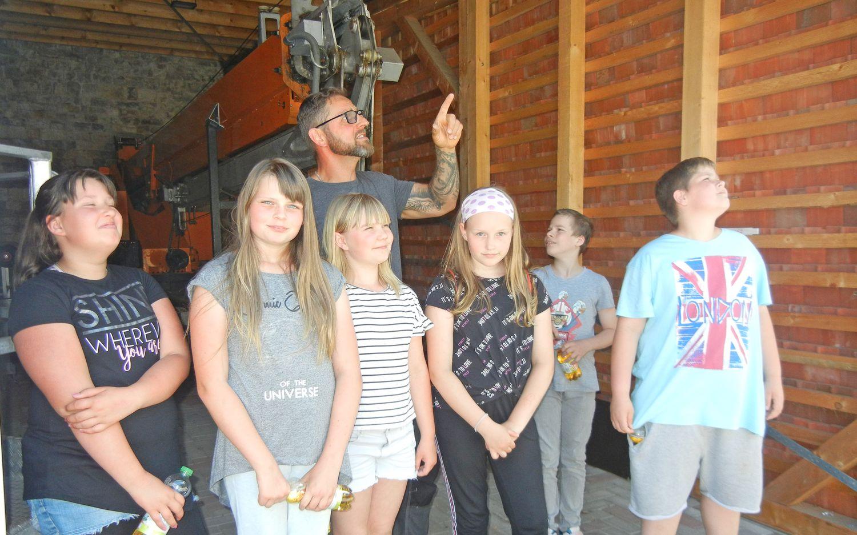 Dachdeckermeister Martin Fleischmann stellt jungen Schülern seinen Betrieb vor