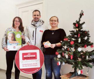 Daniela Weidner und Iris Schneider übergeben eine 500 Euro-Spende an CDU-Stadtrat Alexander Wettig