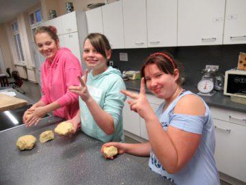 Weihnachtsbäckerei in der Förderschule in Aschersleben