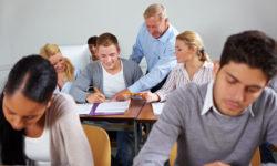 Schüler schreiben im Klassenraum