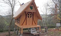 Hexenhaus-Bau im Ahornpark Ilfeld auf der Zielgeraden