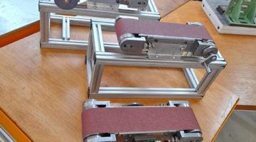 Fertigungsmechaniker schaffen Equipment für den Montagelehrgang