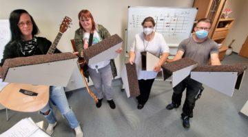 Holz hilft Musik: Holzwerkstatt baut Fußbänkchen für Hobbygitarristen
